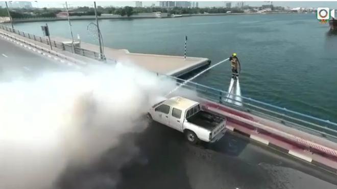 Un vídeo que muestra a un bombero usando un 'jetpack' para apagar un incendio arrasa en la red