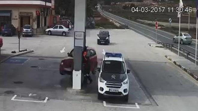 Un coche sin control casi arrambla a la Guardia Civil en una gasolinera